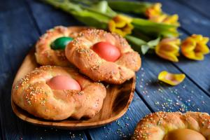 Recept za najlepši mekani Uskršnji hleb sa ukrašenim jajima